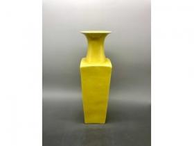 黄釉天圆地方瓶