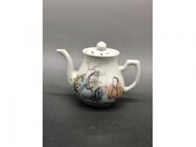浅绛彩人物小茶壶
