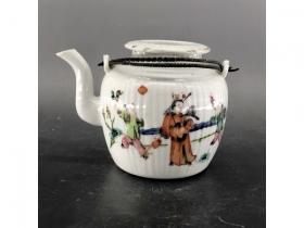 粉彩人物瓜楞茶壶